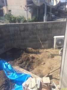 庭の土の掘り起こしています。